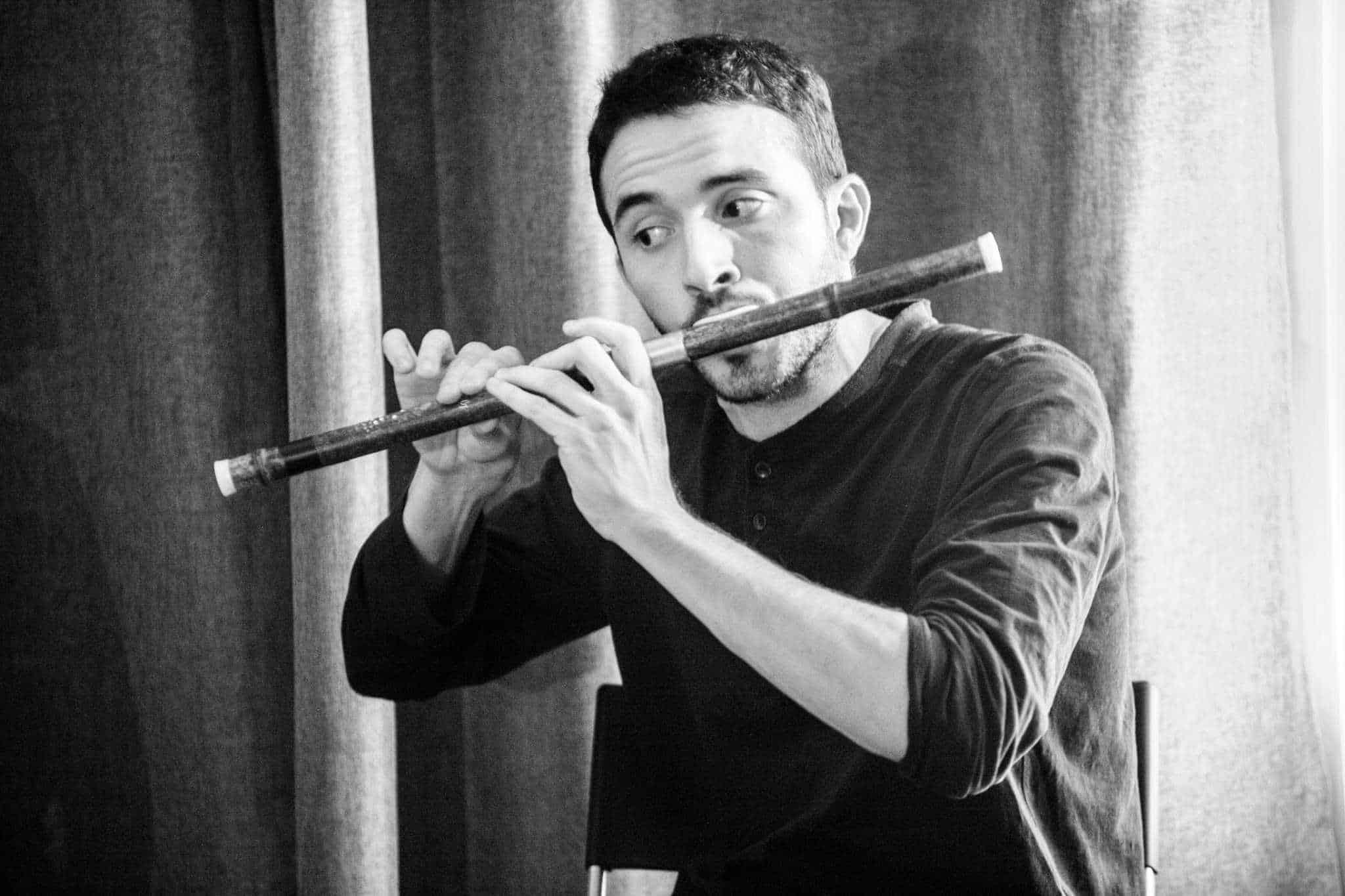 Giovanni Bortoluzzi mentre suona un flauto